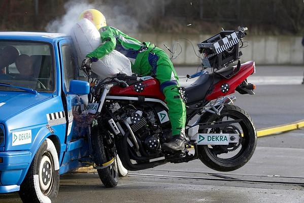 目前也有機車用的安全氣囊,主要也是希望在高速碰撞時,能降低騎士受到的衝擊力